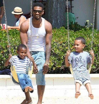 06/07/2012 Il cantante Usher se la spassa alle giostre con i suoi bambini, Ely Raymond e Usher Raymond V. Le altalene di Malibu sembrano divertenti come quelle di tutto il resto del mondo.