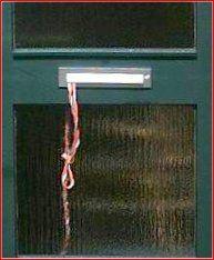 Touwtje uit brievenbus, zodat je moeder niet steeds de deur voor je open hoefde te doen.