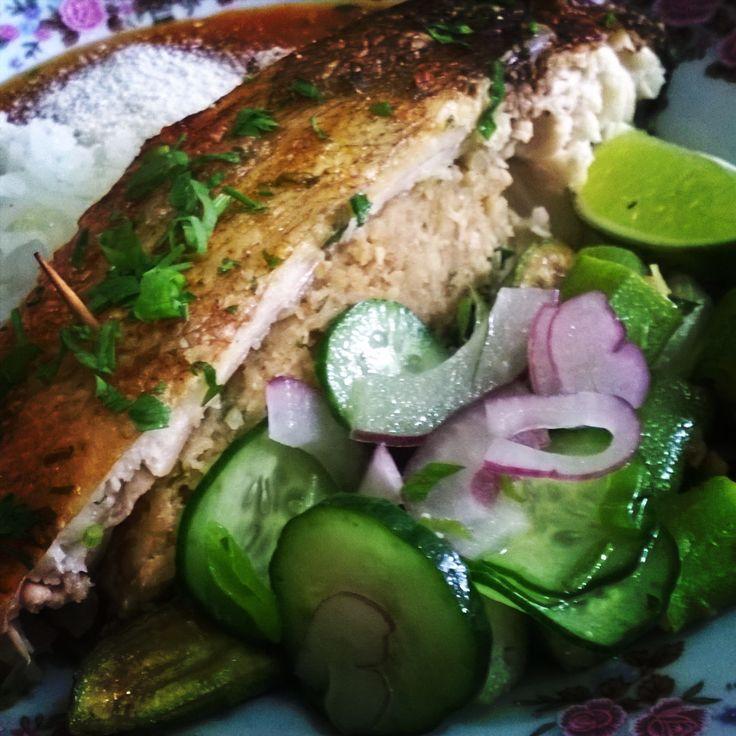 Pacu assado recheado com farofa de cebola, pirão de cabeça de peixe, salada de pepino, arroz e claro... farinha de mandioca!