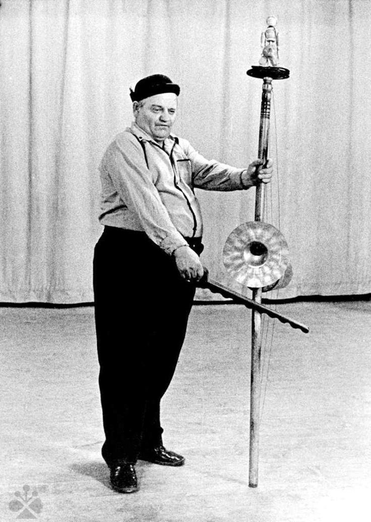 Ozembuch a hubafón. Muzikant M. Čurgaly, Dobšiná (okr. Rožňava), 80. roky 20. storočia. Foto T. Szabó.