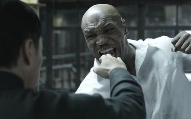 Tyson vs Donnie Yen nel teaser di Yp Man 3 Fantastico video combattimento tra Mike Tyson, ex campione della Boxe, e l'attore Donnie Yen, campione di arti marziali nel teaser del film Yp Man 3. Nell'articolo troverai il video della scena più  #video #tyson #cinema #movie