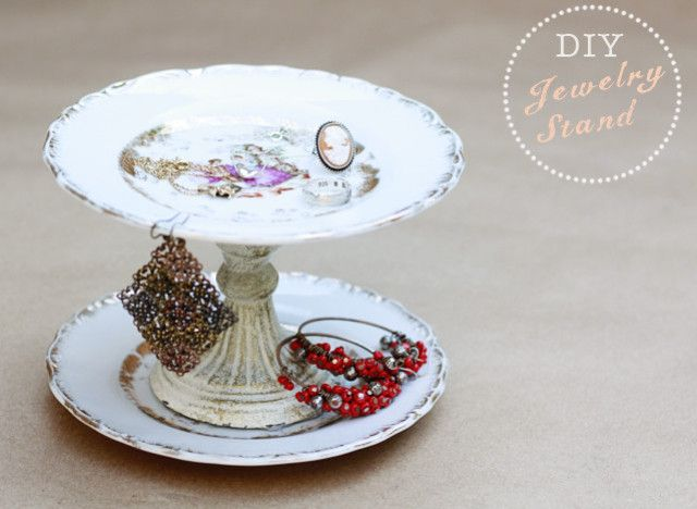 Cute idea!: Vintage Plates, Jewelry Stand, Jewelry Display, Diy'S, Diy Jewelry, Diy Jewlery, Cake Stand, Diy Projects