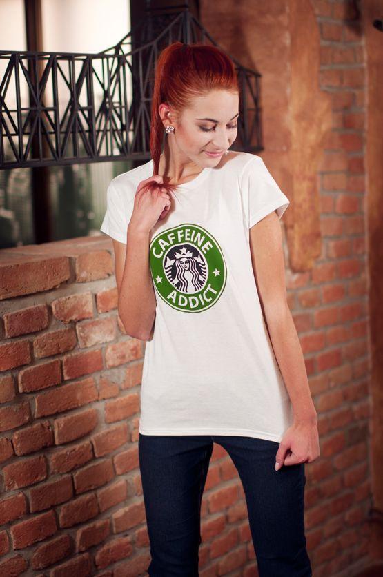 T-shirt Caffeine Addict De vrouwelijke versie van de klassieker is een nauwsluitend model met verkorte mouwtjes en heeft een opdruk van een bekende Amerikaanse koffieketen. Maar dan net even anders.. Blikdicht met aangenaam hoge stofdichtheid en een eersteklas verwerking