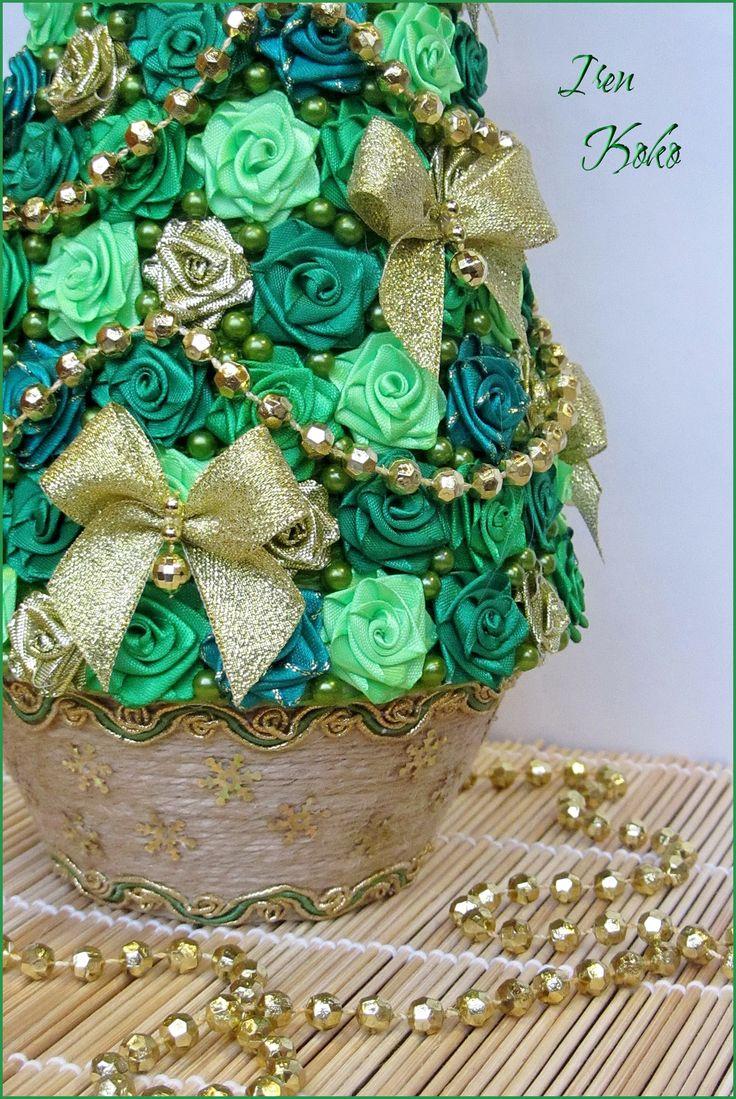 Высота 42 см. Состав: Розочки из атласных и золотистых лент, бусы, шпагат, тесьма.