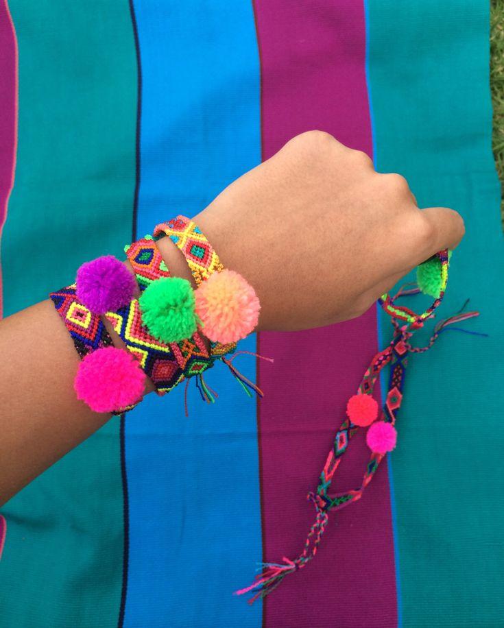 Un favorito personal de mi tienda Etsy https://www.etsy.com/mx/listing/456926894/set-de-pulseras-tejidas-con-pompones