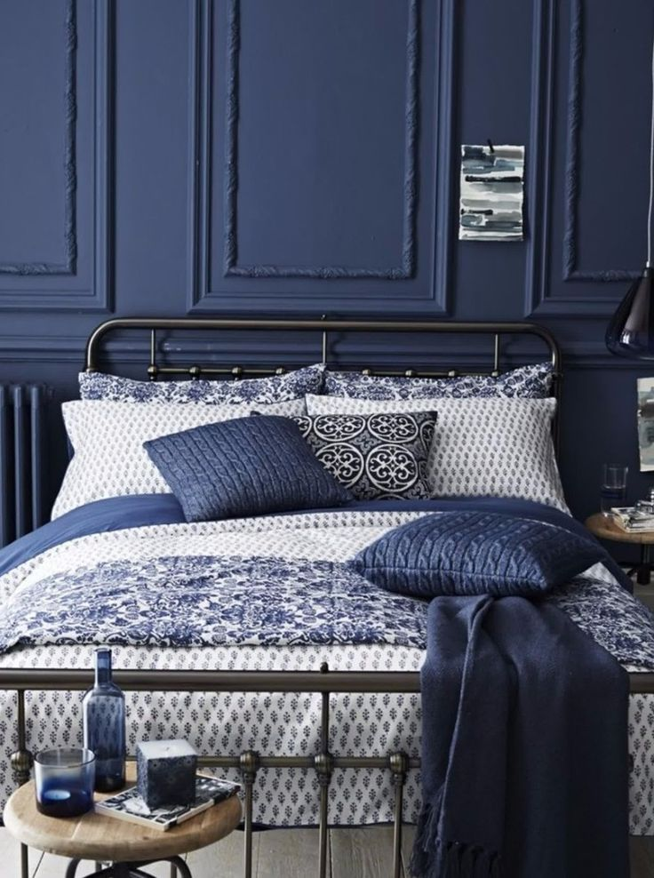 Let's end our navy blue sequence with this amazing master bedroom idea that features a metallic bed over navy blue walls.