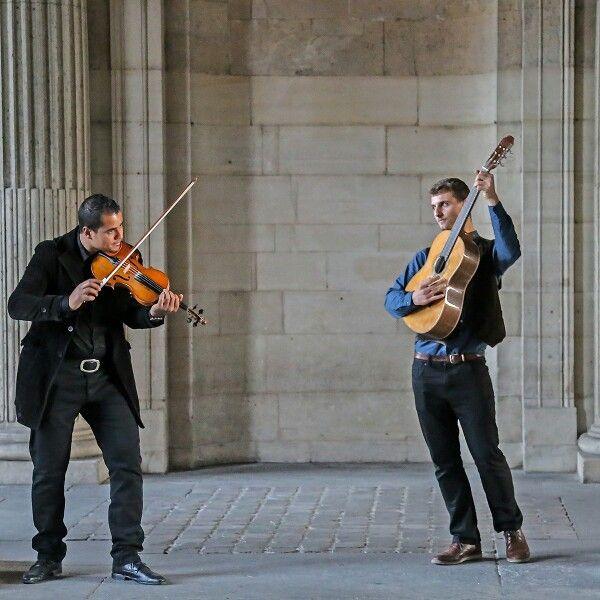 Это в переходе Лувра - парень с гитарой поет двумя голосами: женским сопрано и мужским баритоном. Очень колоритно, только не знаю, что за арии.