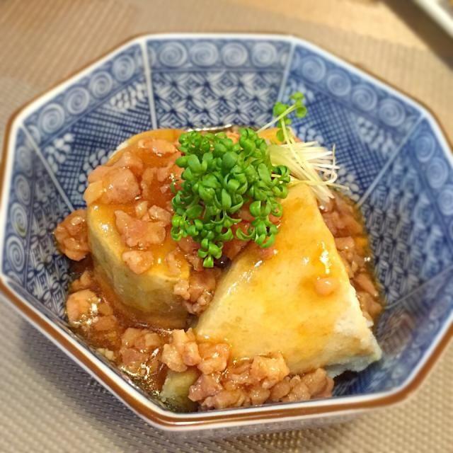 夕飯のお買い物の時、里芋コーナーで海老芋あるかな?ってなんだか気になって、見てみたら、京芋なるものを発見❗️ 海老芋とはちょっと違う気もしたけど、京野菜繋がりで、買ってみました。 もとぱんさんとこで見て、気になったレシピだったこともあり、今夜のメニューに。 鶏挽肉が無かったので、冷凍してあったモモ肉をみじん切りにして代用。出汁は兵四郎の出汁を使ったので醤油は少なくしました。 夫から美味いっの好評価をいただきました。  sakurakoさん♡連続のお呼びたて恐縮ですが、美味しいレシピ、ご馳走さまでしたヾ(*´▽`*)ノ  もとぱんさん♡教えてくれてありがとです。食べ友お願いいたします(❛ᴗ❛人) - 169件のもぐもぐ - sakurakoさんの揚げ海老芋(京野菜)の鶏そぼろあんかけ~(*´∇`*)♡ by May