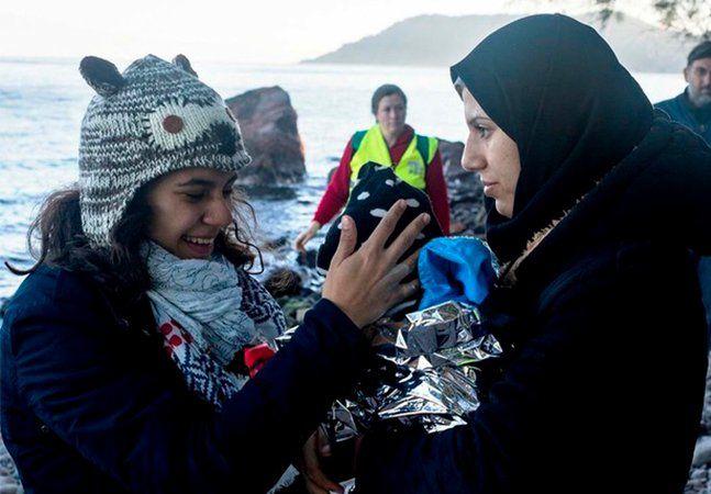 Gabriela Shapazian, uma paulista de 16 anos, tomou uma decisão que surpreende pela pouca idade. Ao contrário dos colegas de classe, ela não irá fazer as provas do Enem nem de nenhum vestibular. Gabriela resolveu se dedicar à um projeto muito especial. Em novembro, irá viajar para a Europa para ajudar na crise dos refugiados. E já é a terceira vez que a jovem vai até a Grécia como voluntária, onde migrantes chegam de barco vindo de inúmeros países, principalmente da Síria e Afeganistão. Dessa…