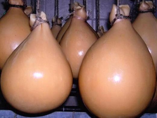 CASIZZOLU O peretta è un formaggio a pasta filata è uno dei rarissimi formaggi sardi prodotti con latte vaccino.Prodotto tradizionalmente dalle donne della comunità Montana di Montiferru, tra le province di Oristano e Nuoro