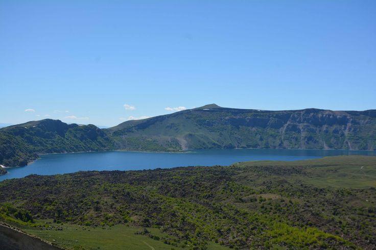 Nemrut Krater Gölü'nün farklı güzelliği Dünyanın en büyük ikinci Krater Gölü olan Nemrut Krater Gölü, doğal güzelliğiyle yerli ve yabancı turistlerin ilgisini çekiyor. Avrupa'nın 25 mükemmel destinasyonu arasında yer alan Nemrut Krater Gölü, her mevsim ayrı güzelliğe bürünüyor.
