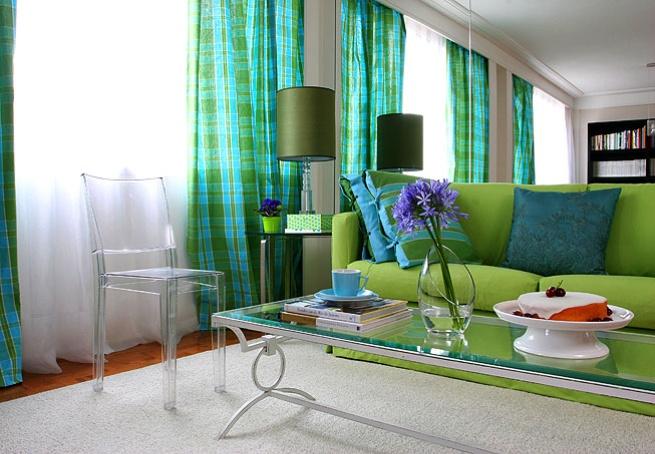 Neste apartamento, o sofá da sala foi protegido com capa verde-limão. O tecido combina com a cortina xadrez e com o tom das capas das almofadas