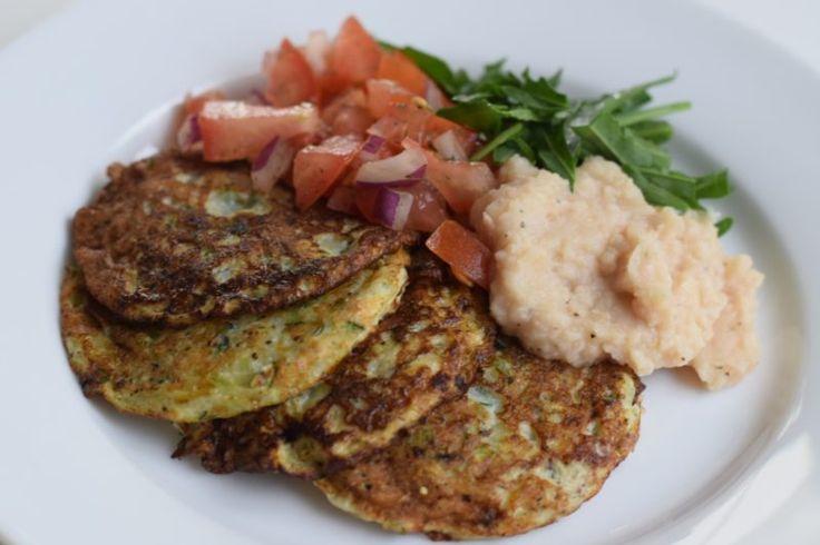 Zucchiniplättar med svensk tomatsallad och fräsch bönkräm – SKIPPA NUDLARNA