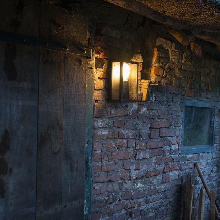 Deze gave wandlamp bestaat uit een vierkant frame voorzien van glazen panelen aan de zijkanten. Hierdoor komt er een mooi strijkeffect op uw muur. Om het plaatje helemaal compleet te maken kunt u overwegen om te kiezen voor een decoratieve lichtbron die gezien mag worden!
