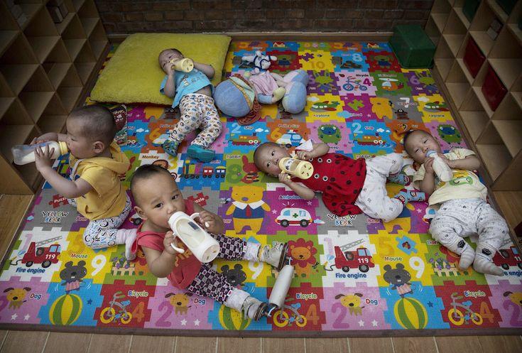 IlPost - Pechino, Cina - Bambini abbandonati in un orfanotrofio. Fino a qualche anno fa si trattava soprattutto di neonate in buona salute, abbandonate dai genitori a causa della politica del figlio unico unita alla cultura cinese che predilige i figli maschi alle femmine. Adesso invece la maggior parte degli orfani è malata o disabile. Secondo il governo cinese gli orfani nel paese sono circa 576 mila.  (Kevin Frayer/Getty Images)