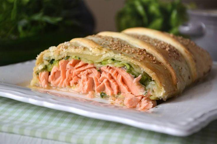 Il salmone in crosta è un secondo piatto molto ricco, soprattutto nel gusto! Una zucchina, un rotolo di pasta sfoglia e del tenero filetto di salmone vi