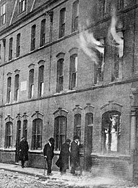Detectives inspecting the house (100 Sidney Street) after the siege
