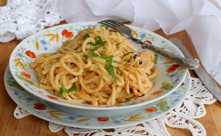 La pasta con crema di scampi è un primo piatto saporito ed elegante ma facilissimo e veloce da preparare. Ideale per i giorni di festa.