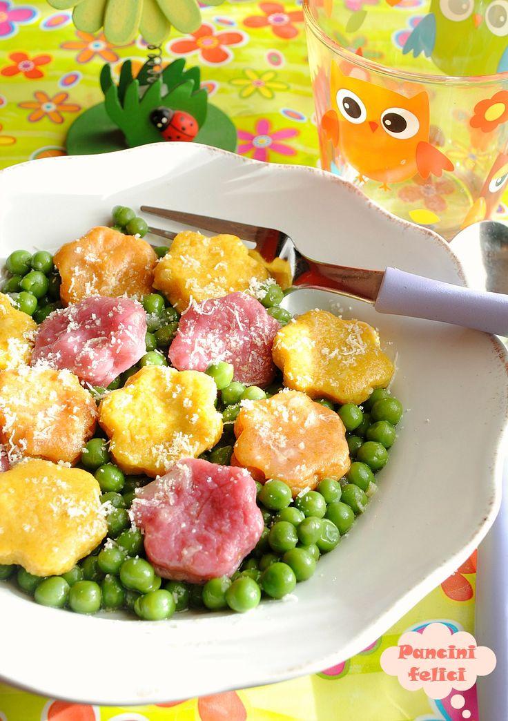 fiori di gnocchi colorati su prato di pisellini, ricette per bambini