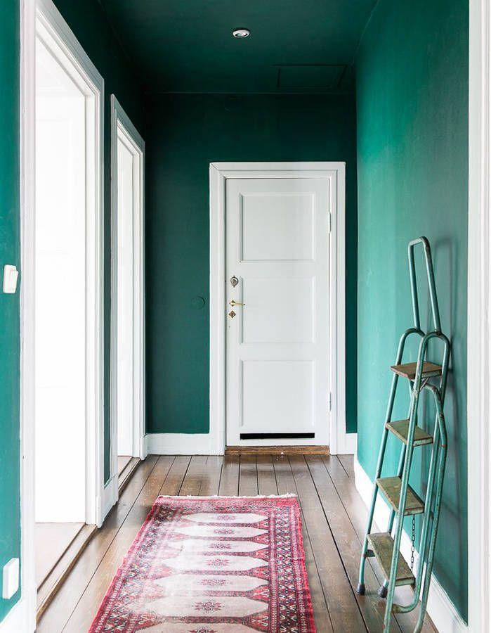 Peindre son couloir via des murs et un plafond vert émeraude