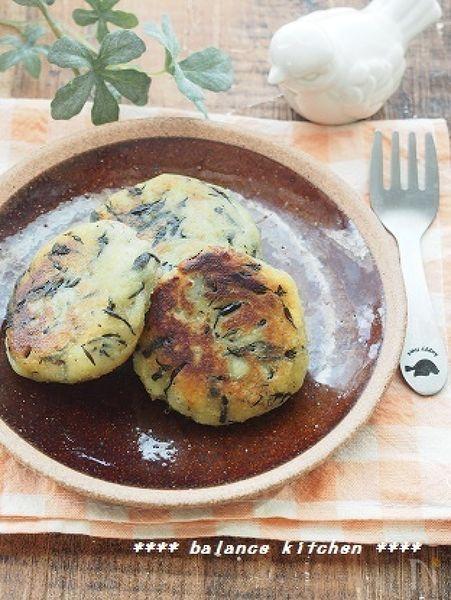 余ったひじきの煮物で、子どもの健康おやつ。もっちり美味しいさつまいも餅です。  ひじきの煮物の塩気で、さつまいもの自然な甘みが引き立ちます。  食物繊維が豊富なので、便秘解消にも。