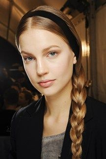 Valentino / Hair was parted at the centre and tied in a side-slung plait, accessorised with a black leather hairband. Raya en centro t atado en una trenza colgada lateralmente complementandose con una diadema de cuero negro.   Love it