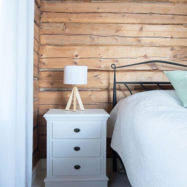 Good night 💙  Cora - by Sessak  #sessak #sessaklighting #bedroomdecor #interiorlighting #interior #lighting #lightingdesign #pöytävalaisin #tablelamp #cosyliving #light #nordicinterior #interiorinspo #interiorinspiration #interiorstyling #homedesign