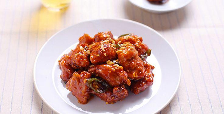 Morceaux de poulets frits recouverts de sauce aigre-douce, le dak gangjeong se grignote dans la rue dans les pojangmacha. Sa texture croustillante et son g