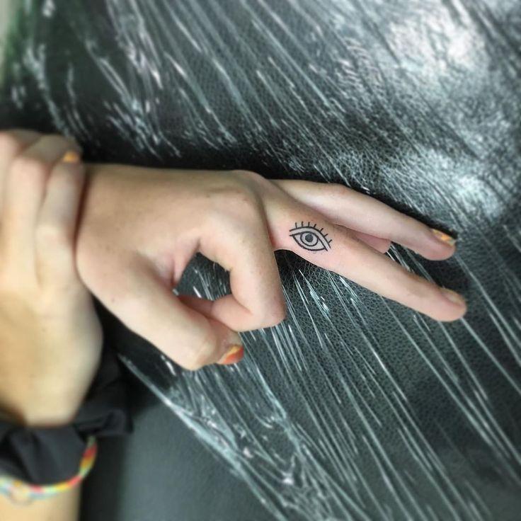 Ich habe gestern diese Fingertätowierung eines Auges gemacht. Ihr erstes Tattoo…