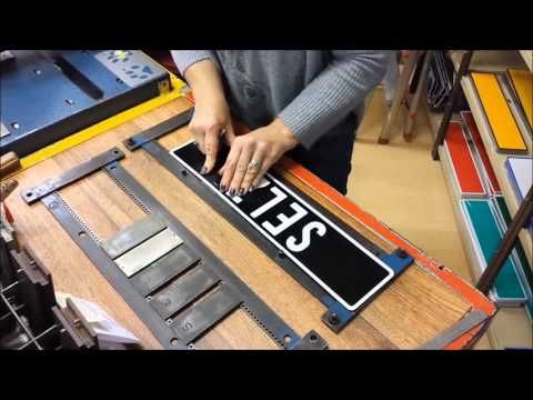 Namenschilder, Name Plate, Targhe con nome by Turi Shop Brüttisellen Heute machen wir ein Namensschild. Die Schilder sind aus Alumnium und in 2 Grössen erhältlich: 45,5 x 10cm und 51,5 x 11cm. In der Regel passen wir die Schilder der länge des Namens an, kann aber auch speziell nach Wunsch, bei der Bestellung angegeben werden.