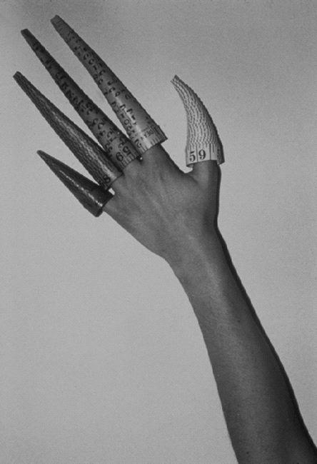 jana sterbak Cones on Fingers, 1979-1995 Black and white photo Schwarz-Weiß-Fotografie Edition 15 + 1 AP, hier AP 51 x 36 cm