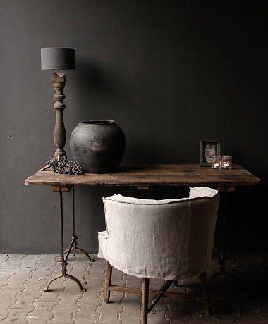 Oude houten tafel met ijzeren onderstel