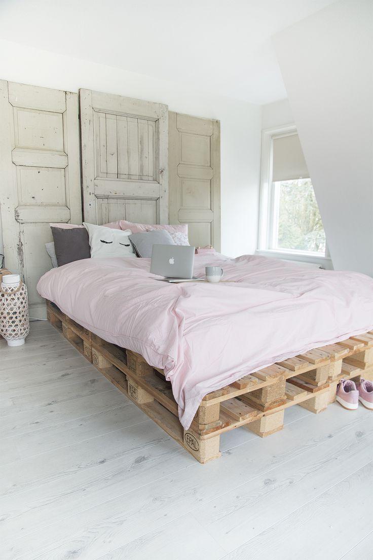 Bed op pallets en dan extra groot (3 matrassen).