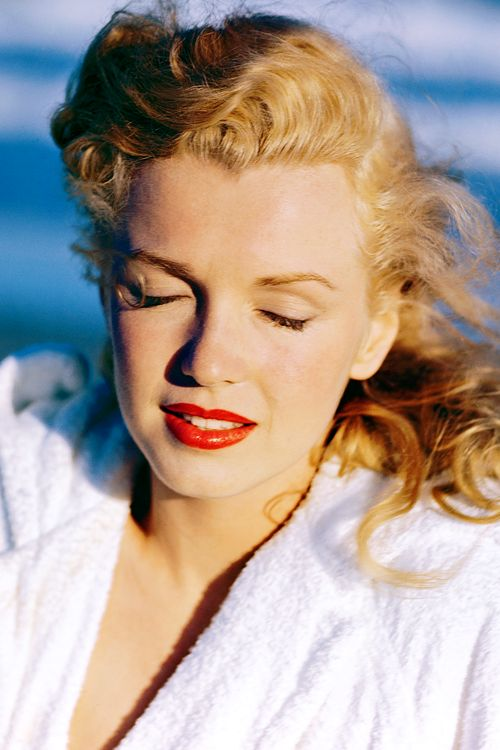 This is one of my all-time favourite photos of Marilyn... you can still see Norma Jeane. Photo taken by Andre de Dienes in 1949.