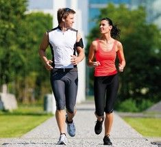 7 идей как сделать бег приятным.Представляем вам 7 простых, но на удивление действенных советов.  1. Переходите на ходьбу  Это может показаться жульничеством, но ученые доказали, если время от времени переходить на ходьбу, это не лишает вас гордого статуса бегуна. Во время регулярных пешеходных интервалов организм не успевает почувствовать замедление темпа, а значит – нет и вреда.  2. Мыслите позитивно  Готовясь к пробежке (или пытаясь найти предлог пропустить ее), не думайте о том, что вам…
