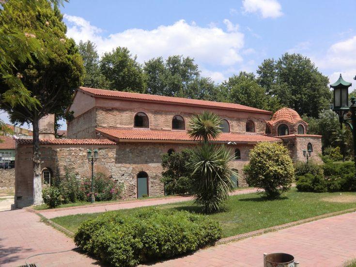 Die im 4. Jahrhundert erbaute Kirche Hagia Sophia in Íznik, Tagungsort des zweiten der Konzils von Nicäa, nach Erdbeben im 11. Jahrhundert neu gebaut, nach der muslimischen Eroberung der Stadt 1331 Moschee, 1920 bei der griechischen Besetzung zerstört, 2007 restauriert, 2011 als Museum mit Moschee wieder eröffnet