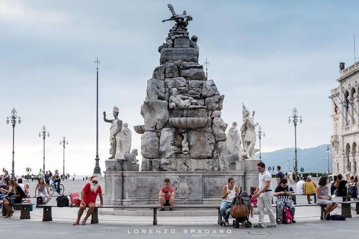 #daylight #naturallight  #instagood #bestoftheday #globe_captures  #follow4follow #igfriuliveneziagiulia #igersfvg #centofoto #instagood #instadaily #instamood #ig_global_life #ig_italy #igersitalia #igfriends_italy #gf_italy #fotografia_italiana #volgo_friuliveneziagiulia #fujifilm #fujilover #xpro2 #streetphotography #santaclaus #piazzaunità #trieste