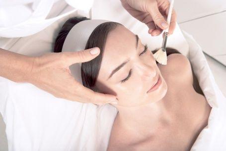 Hydrating B5 SkinCeuticals Intensywne nawilżanie dla skóry suchej i pozbawionej blasku Przeznaczenie  Masz wrażenie, że Twoja cera jest szorstka, przesuszona i pozbawiona blasku? To objawy niedostatecznego jej nawilżenia. Może być ono wynikiem zaburzeń w procesie odnowy komórkowej skóry starzejącej się, odwodnionej lub ze zmianami trądzikowymi. Jeżeli któryś z tych przypadków dotyczy Ciebie, to znaczy, że potrzebujesz intensywnego nawilżania w postaci zabiegu Hydrating B5 SkinCeuticals.