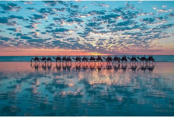 photo by Shahar Keren ターコイズブルーの海が美しい「Cable Beach(ケーブルビーチ)」。西オーストラリア州のブルームにあります。 ブルームとインドネシアのジャワ島の間に電信ケーブルが敷設されたことに由来する、ケーブルビーチ。22kmに渡る遠浅のビーチをらくだの背中に揺られながら優雅に時間を...