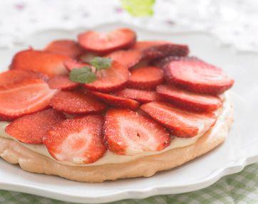 Marengsbund med jordbær og lime - En superlækker sommerdessert med en lidt syrlig creme, der passer godt til den meget søde marengsbund