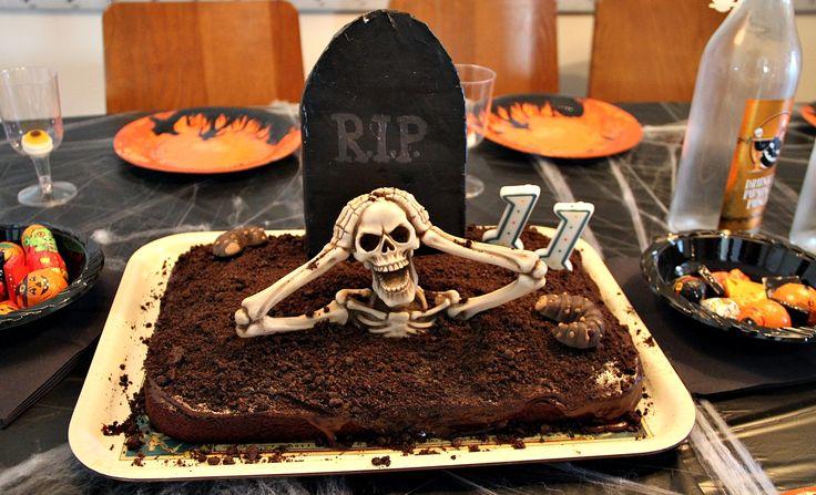 Planlegger du en stor Halloweenfest, eller har du bare lyst til å overraske familien med noe skummelt godt i helgen? Her er tips til snacks som er lett og raskt å lage. LES OGSÅ: Halloweenkostymene du enkelt lager selv Skummel jordkake Utgangspunktet i denne skrekkinngytende kaken er en vanlig sjokoladekake i langpanne med sjokoladeglasur. På toppen har vi strødd knust Oreokjeks, slik at det ligner jord.