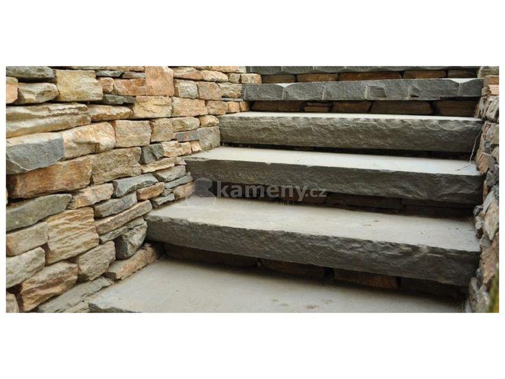 Schodiš´tový blok - schod z přírodího pískovce se vyznačují šedou barvou mírně…