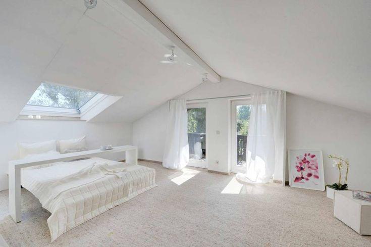 Welche Farben perfekt fürs Schlafzimmer sind und welche sich eher weniger gut eignen, haben wir euch hier bereits verraten. Heute soll es um den All-white-Look fürs Schlafzimmer gehen, der alles andere ist als langweilig.