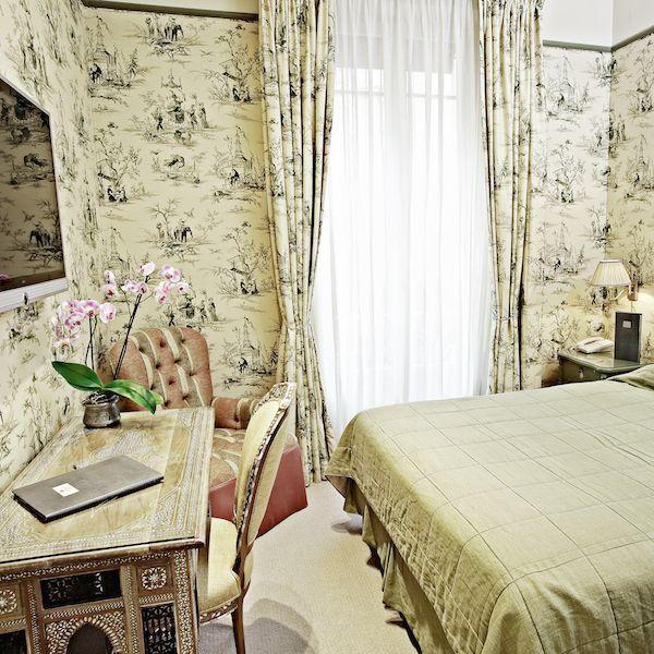 世界有数の観光都市パリには、クラシックなパレスホテル、新しいミニマリズムのデザインホテル、そして「ホテル・ダニエル・パリ(Hotel Daniel Paris)のように新旧を織り交ぜたホテルが存在します。新しい古典とでも言うべきこのホテルは、東西が出会うシルクロードのよう。パリの伝統的なインテリアに、中国の手作りの壁紙、オリエンタル風のラグ、エキゾチックなファブリック、そしてシリアのアンティークを組み合わせた、パリでは珍しいスタイルです。