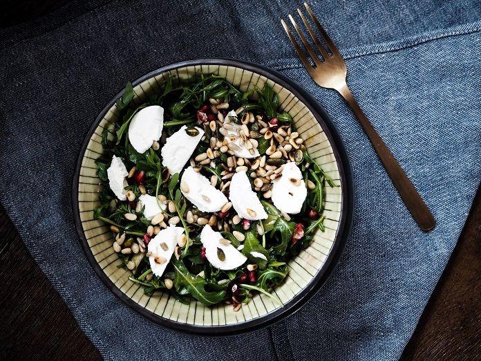 K jaru a létu neodmyslitelně patří saláty. Zkuste netradiční spojení avokáda, granátového jablka, kozího sýru a medu s pikantní rukolou. Během pár minut budete mít hotovo! Granátové jablko je vnašich kuchyních zatím neprávem opomíjené. Ke zdravému životnímu stylu ale pr…