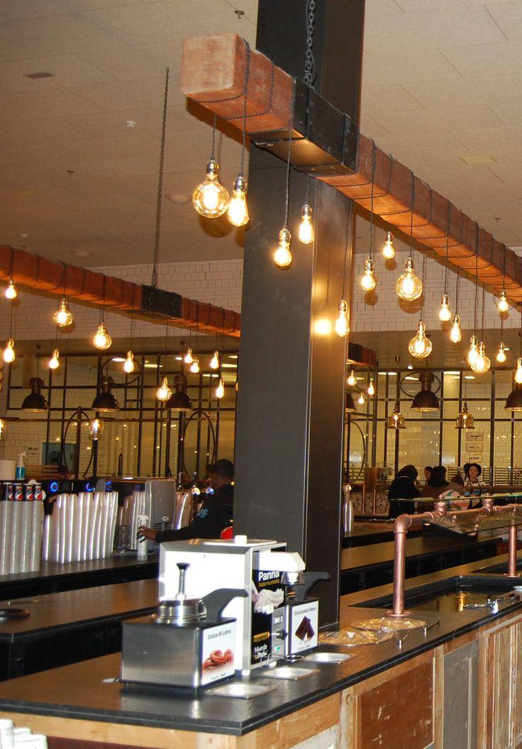 Vigas de madera estilo industrial con bombillas vintage.