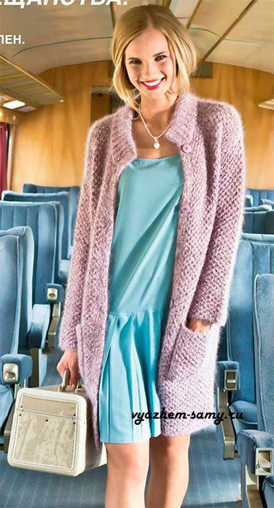 Вязаное мохеровое пальто спицами