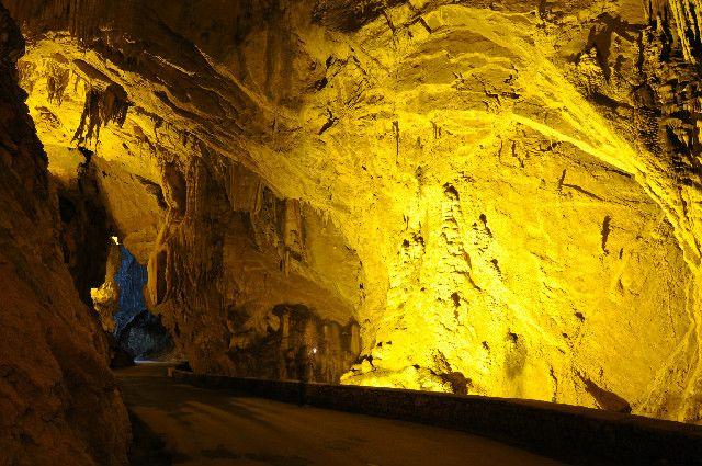 Un pueblo de España al que se llega por una cueva natural (Cuevas del Agua, Ribadesella)    7feb   2012