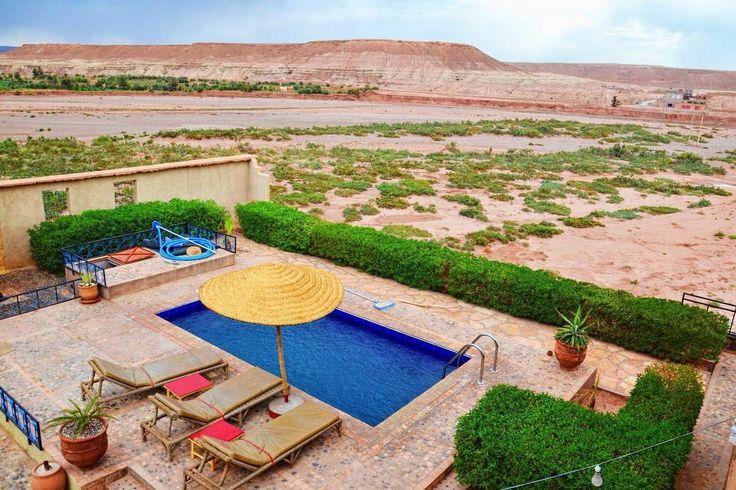 Godalimy Wōm już że Maroko to je dobry land coby sie fajnie... wyspać?  - Na bildach - jedna z naszych nojrodszych szteli. Superowo izba patio basyn i... hektary pustynie naôkoło nos. Richtich fajne miyjsce zaro kole jeszcze gryfniyjszego Aït Benhaddou.  - #belekaj #godej #blog #rajza #aitbenhaddou #hotel #pool #chillout #holidays #travel #morocco