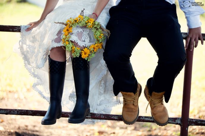 <3 romantic wedding photos in the stables